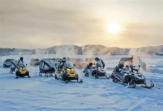 游客体验雪地摩托、驯鹿拉雪橇、马拉爬犁等群众冰雪活动。