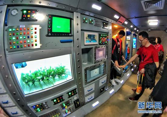 体验太空舱工作