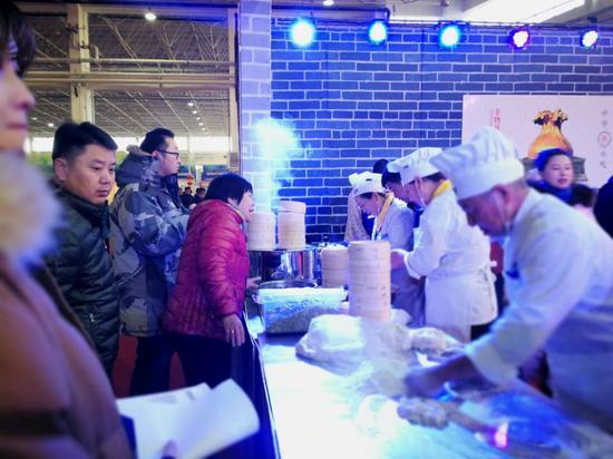 热腾腾的烧卖吸引众多市民品尝。