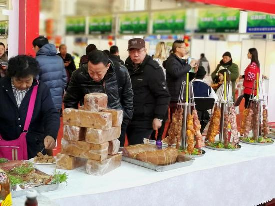 市民品尝莫斯科餐厅的俄罗斯特色美食。