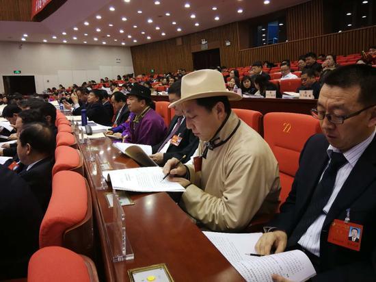 委员们认真聆听大会发言。
