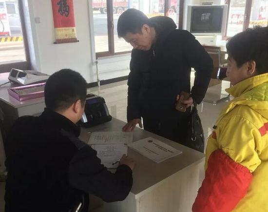 检查小组检查加油站相关制度证件