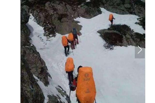一驴友不慎掉入冰窟 众人挺身救助