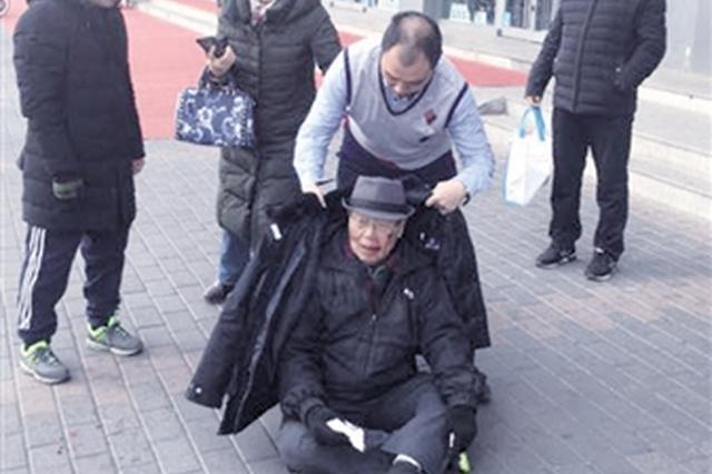 感人一幕:民警徐向东脱下棉衣为摔伤老人御寒