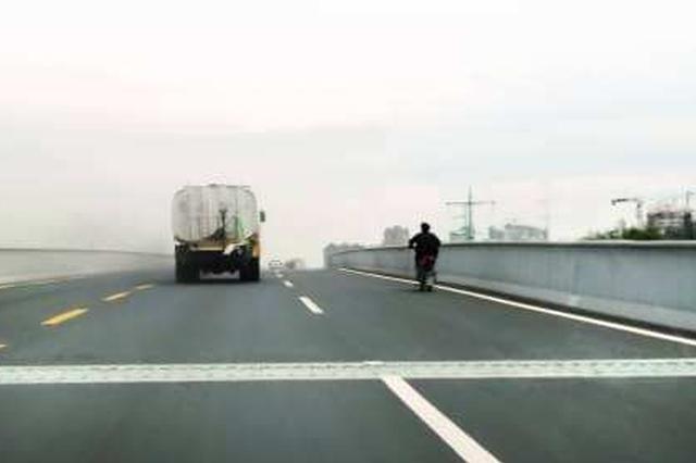 快速路开启日间清扫模式 驾驶员遇到机扫车请减速