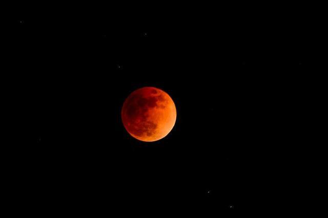 红月亮惊艳亮相!
