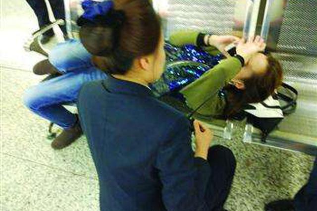 女子车厢晕倒 乘客齐施援手