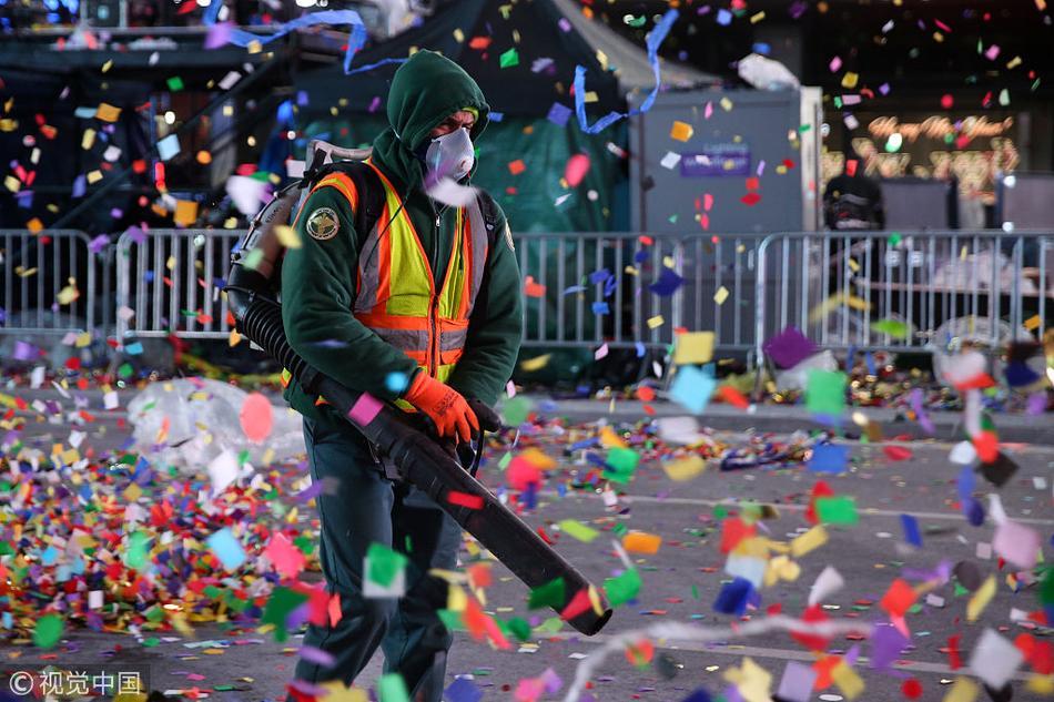 纽约工人清理跨年垃圾 五彩纸屑漫天飘扬