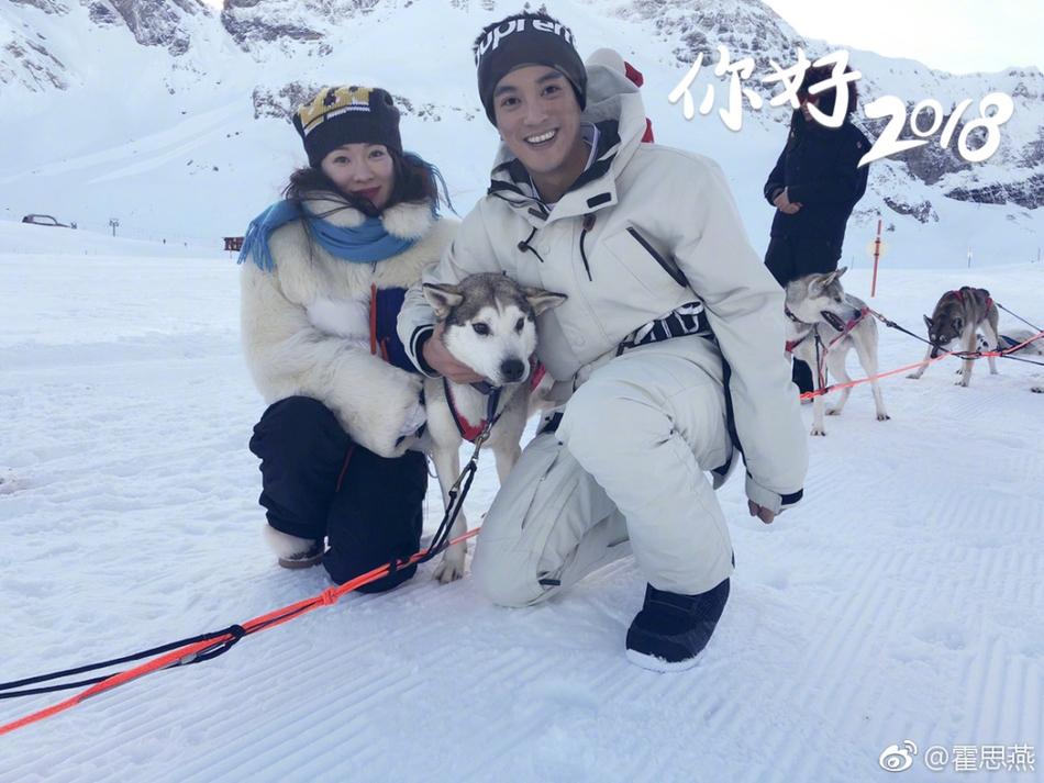 霍思燕杜江滑雪迎接2018年 嗯哼坐雪橇表情呆萌