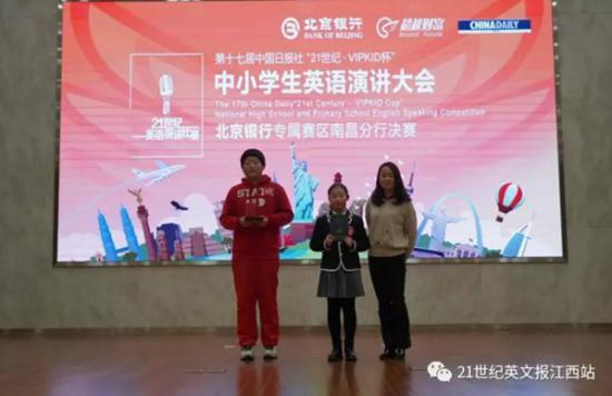 南昌市教科所高中英语教研员李琦老师为获奖选手颁奖