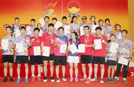 石嘴山市羽毛球队获奖合影。