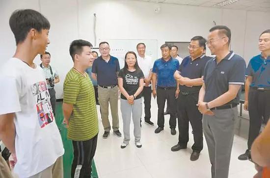 市委书记王文宇看望出征前的运动员
