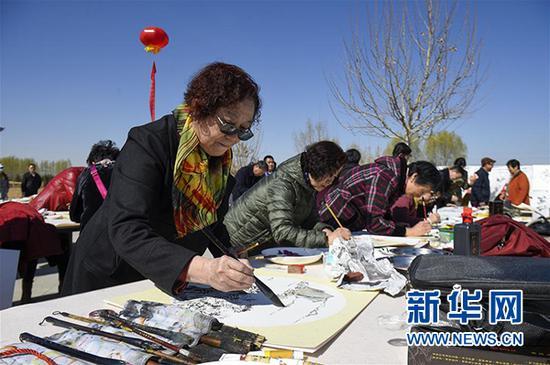 3月31日,艺术家在现场创作书画作品。新华社发(冯开华 摄)
