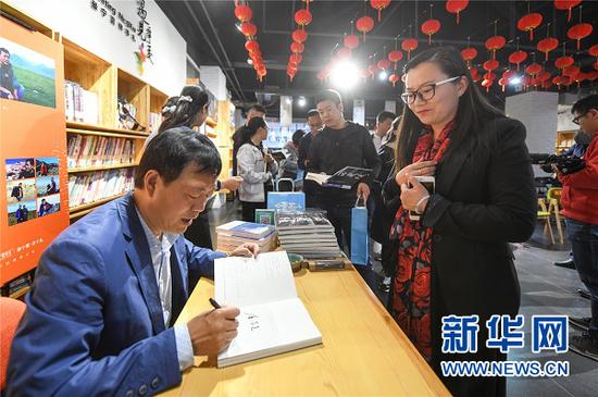 唐荣尧为读者签名