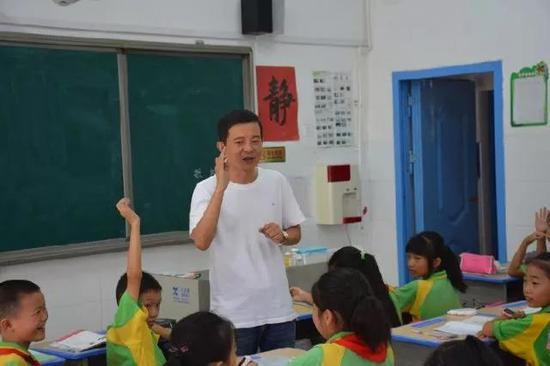 照片上正在给学生上课的教师叫方汞