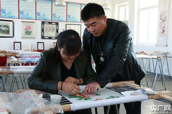 马磊给学员指导刺绣
