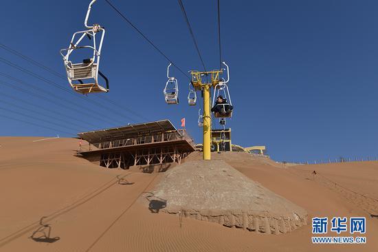 沙坡头景区内的观光缆车。新华网发(傅杰 摄)