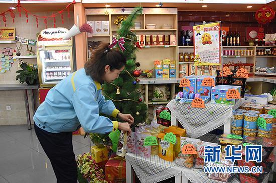 吴丽在加油站便利店布置商品 新华社记者 许晋豫 摄
