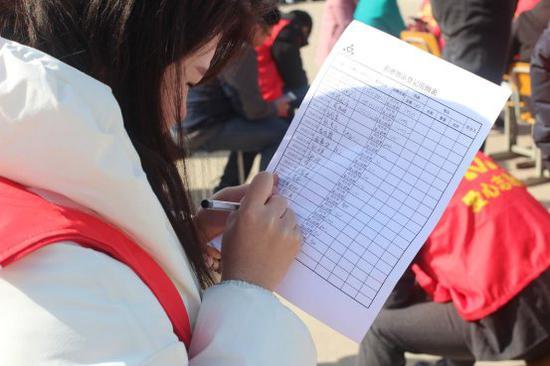 志愿者积极填写登记表