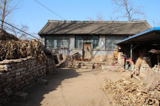 村里破旧的房屋