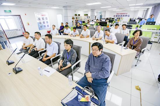 调研组在石嘴山市新闻传媒中心全媒体指挥中心调研。