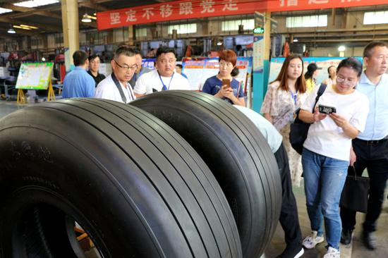 神州轮胎国产大飞机子午线航空轮胎样胎。