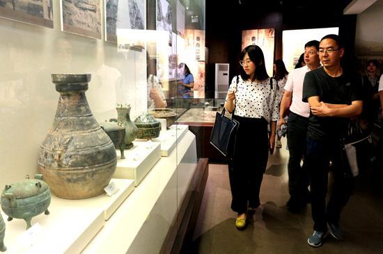 记者一行参观石嘴山市博物馆。