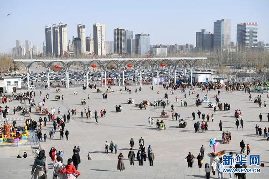 市民在宁夏银川市览山公园游玩(2月13日摄)。