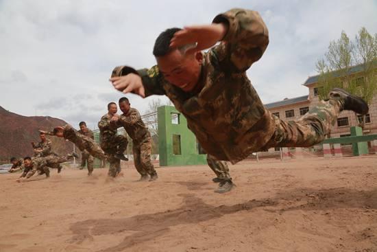中队官兵结合任务开展摔擒训练。孙辉/摄(资料图片)
