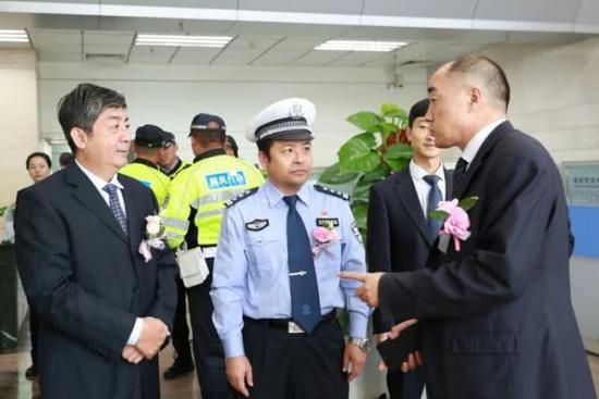 """王玫局长亲自上阵为环卫工人讲解工商银行的""""爱心驿站""""服务。"""