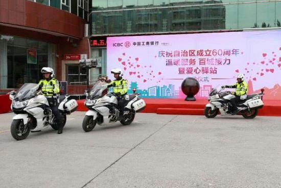 交警同志以整齐的列队感谢工商银行对交通警察的关注和关心!