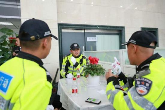 现场的交警同志对工商银行关心户外劳动者,关心交通警察的爱心义举表示感谢!