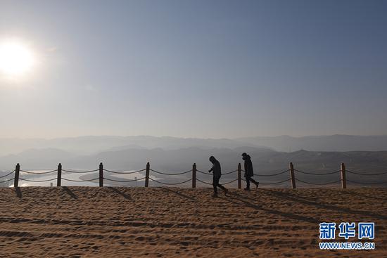 从沙坡头景区远眺黄河。新华网发(傅杰 摄)