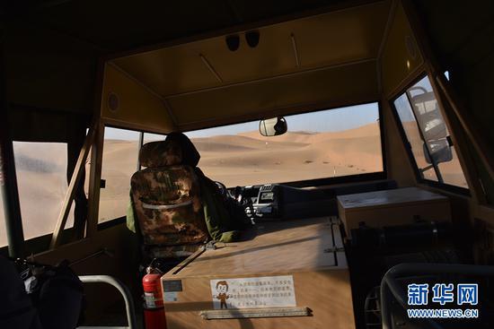 正在深入沙丘的沙漠冲浪游览车。新华网发(傅杰 摄)