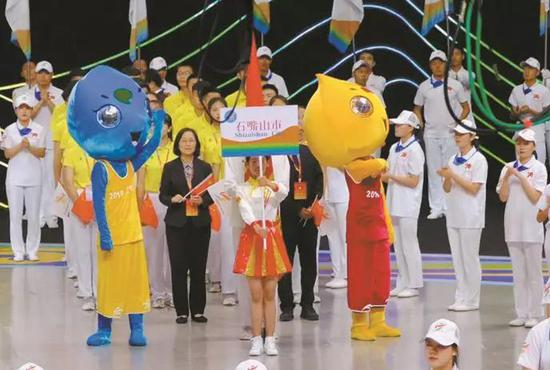 石嘴山市代表队参加开幕式。