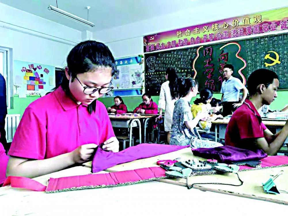 市第八中学学生正在制作民族服饰