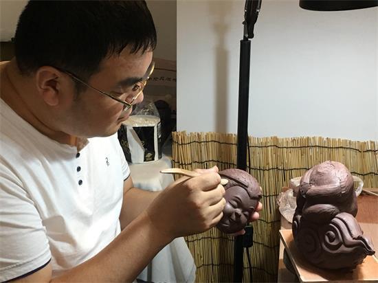 高级工艺美术师吕海涛在研制云泉窑柴烧紫砂作品时留影