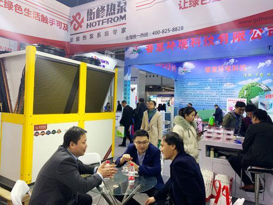 工作人员为到场参观人员详细介绍了衡峰热泵自主研发的空气源系列产品