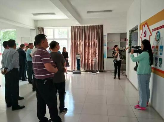 考察大武口区朝阳街道东胜社区 (照片由市新闻传媒中心王平拍摄)