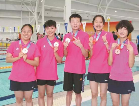 石嘴山市游泳队获奖合影。