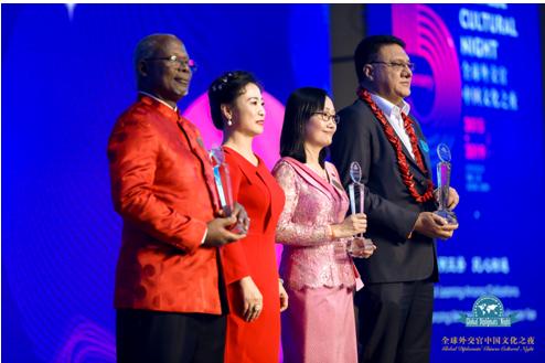 图片说明:王燕主席为三位驻华大使阁下颁发和平友谊贡献奖