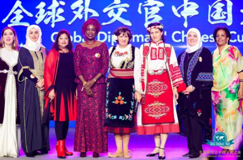 图片说明:各国大使夫人们在现场展示本国民族服饰