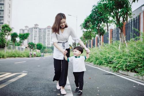 图为:快手网红莫大姐与儿子谢易桓(一环)