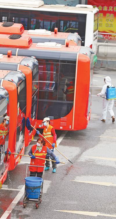 3月25日,在武汉公交集团光谷公司场站,工作人员对每辆公交车进行内外清洁、消毒杀菌。