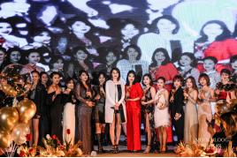 (图为香港演员洪欣和关礼杰为获奖团队颁奖/部分图)