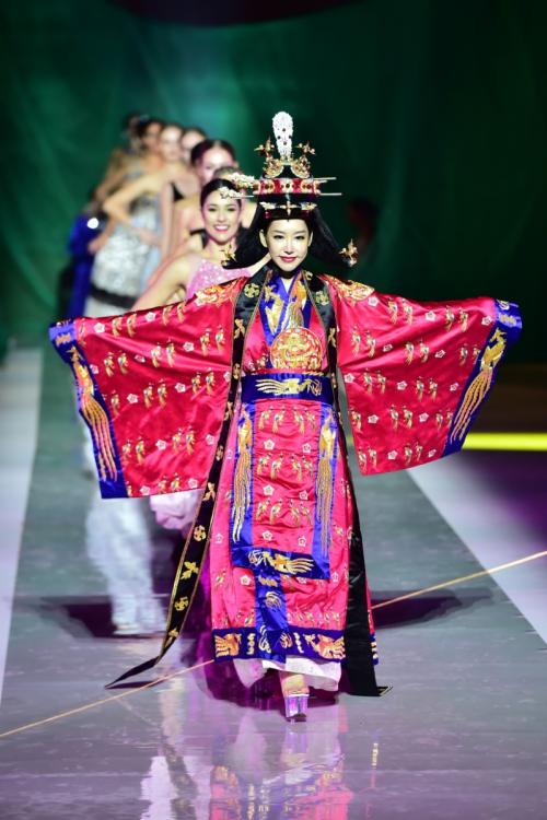 韩国小姐在展示民族服装