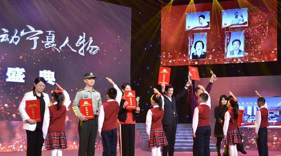 第十批福建援宁工作队代表(左一)接受表彰。吴隆重 摄