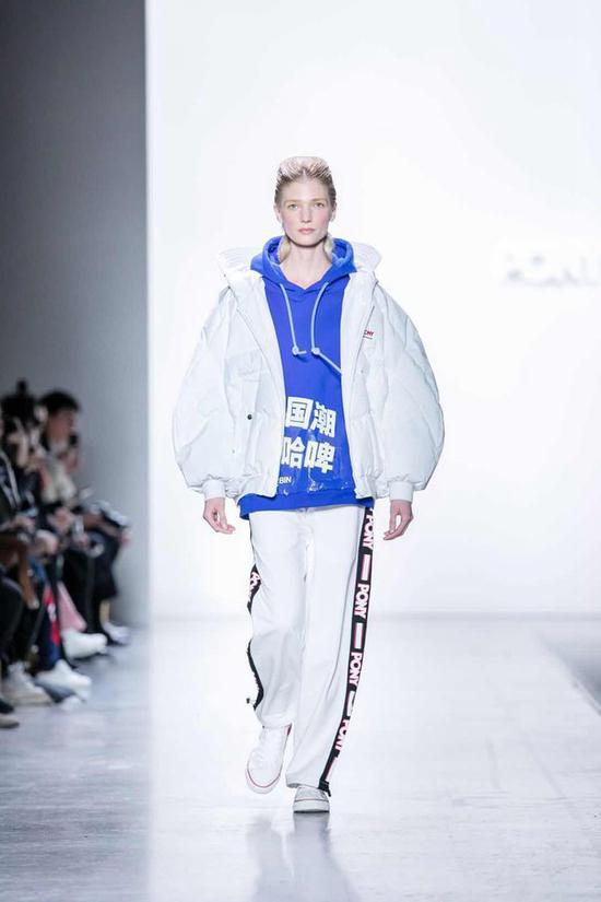 模特展示中国新锐设计师CHENPENG*设计的国潮系列服装