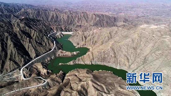 这是西线供水工程主体部分之一的峡门水库,总库容达980万立方米,黄河水先被送到此处,再源源不断地流向下游。新华社记者 王鹏 摄