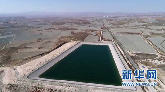 旱塬上的西线供水工程三泵站蓄水池。新华社记者 王鹏 摄